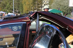 Fahrzeugsäule mit dem Rettungszylinder reißen