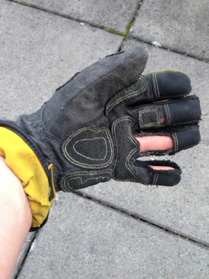Defekter, aufgerissener THL.Handschuh der ausgewechselt werden muss